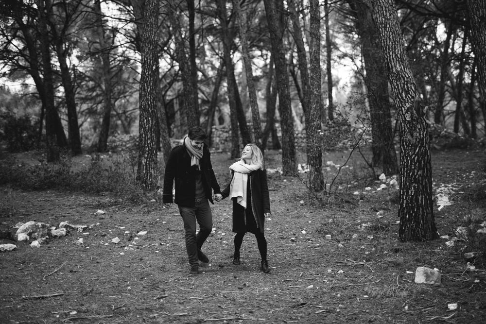 Les amoureux marchent dans la forêt pour leur séance engagement à Eguilles