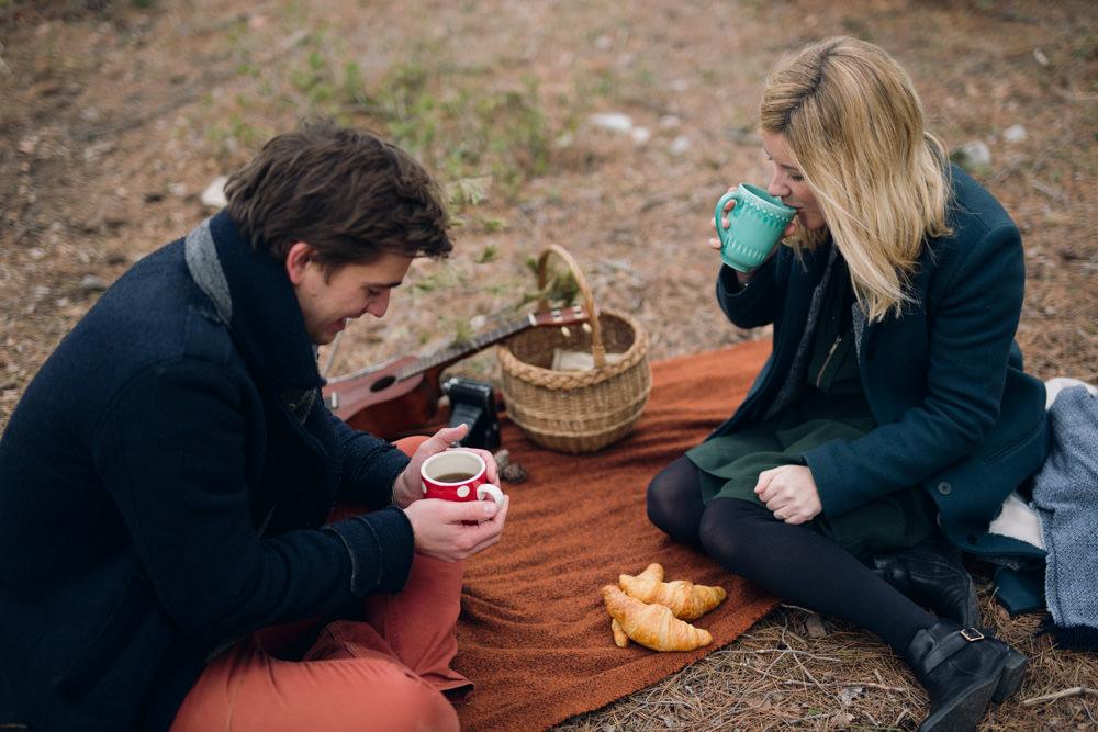 Un pique nique avec croissants pour une séance engagement en forêt