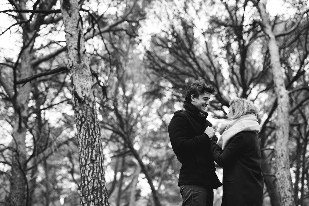 les amoureux se réchauffent pendant leur séance engagement d'hiver à Aix en Provence