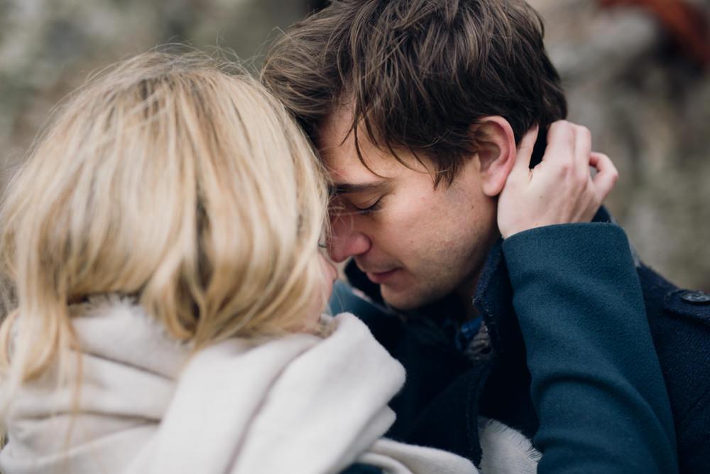 Les futurs mariés pendant leur séance engagement romantique en forêt
