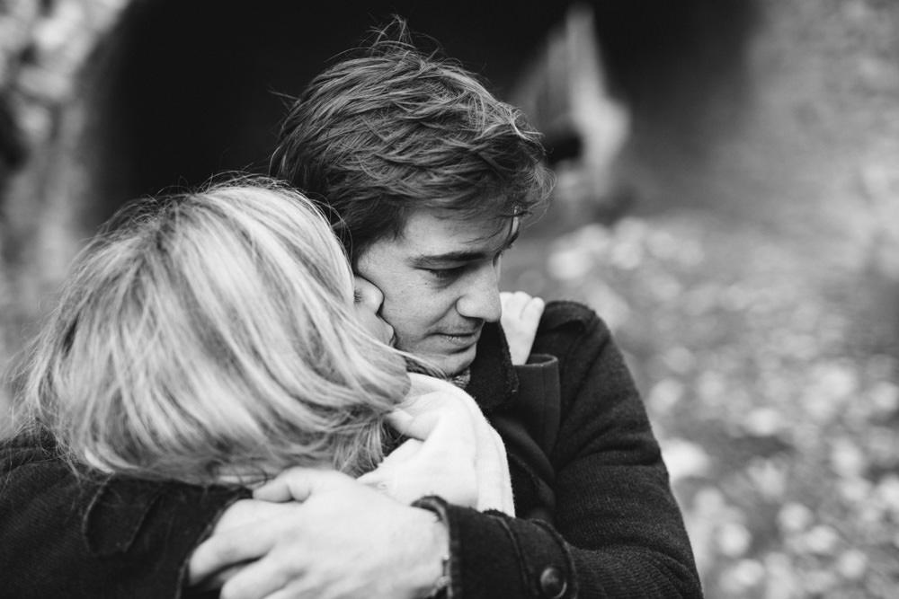 La future mariée embrasse son amoureux pendant leur séance engagement hiver forêt Aix en Provence