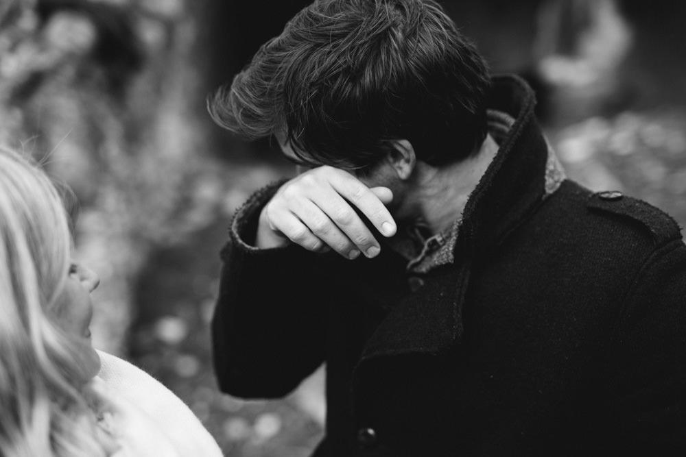 Le futur marié pleure pendant la séance engagement près d'Aix en Provence - Lika Banshoya Poetic Photography