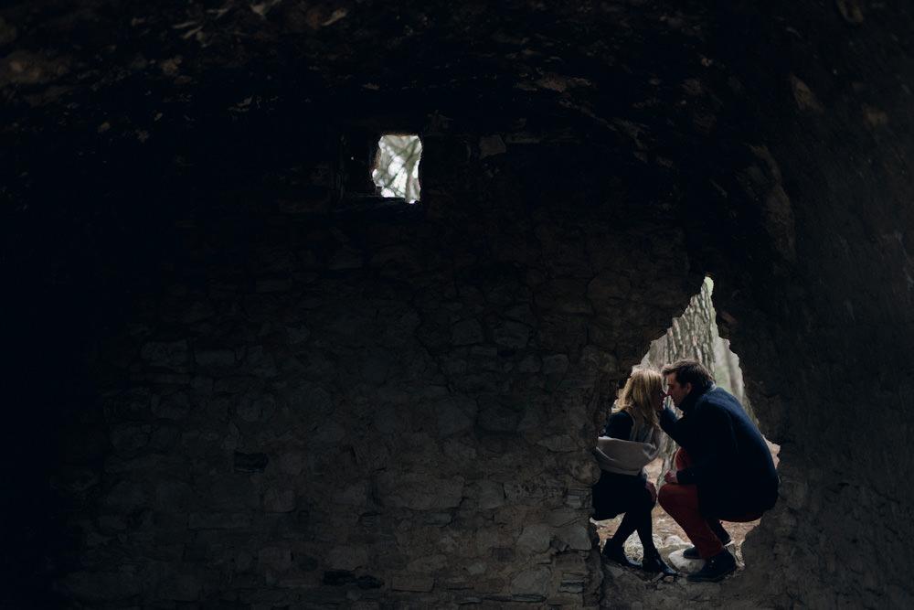 les amoureux dans l'ancienne bergerie pour leur séance engagement forêt Aix en Provence