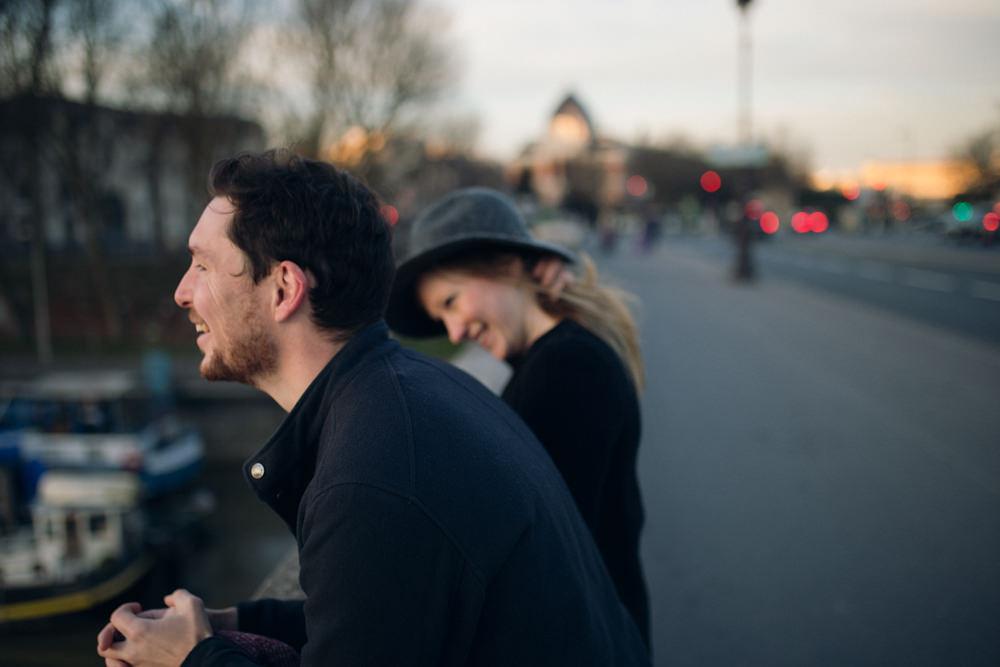 Les futurs mariés pendant leur séance engagement à Paris