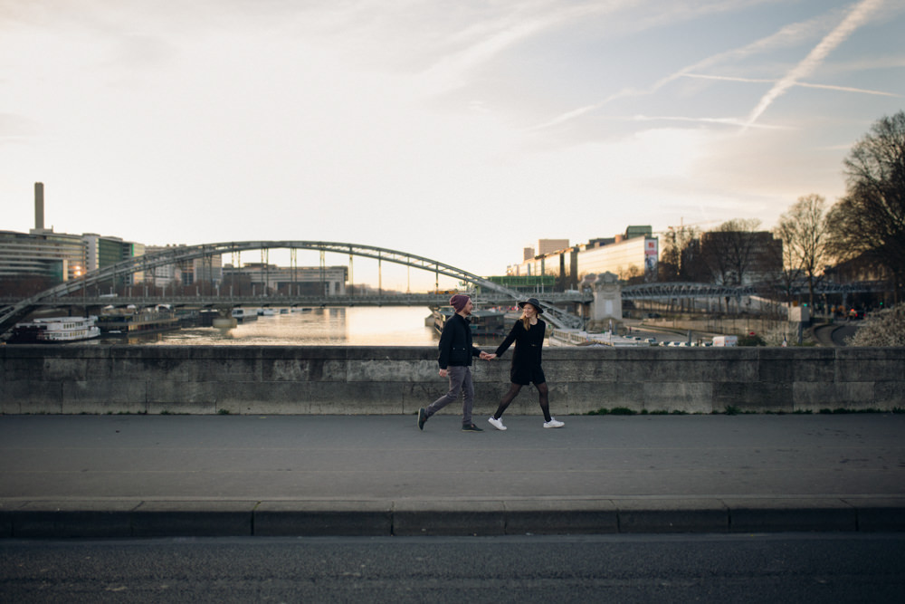 Une séance engagement poétique au lever du soleil sur le pont d'Austerlitz à Paris