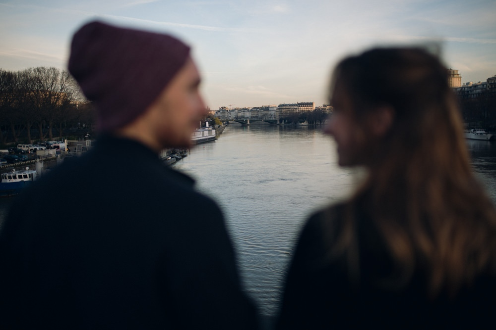 Le couple échange un regard