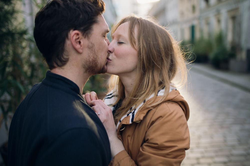 Le couple s'embrasse, nimbé de la lumière du lever du soleil