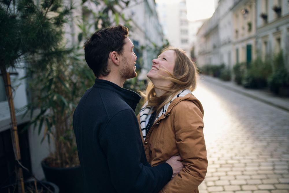 Les futurs mariés partagent un moment d'émotion dans les rues de Paris