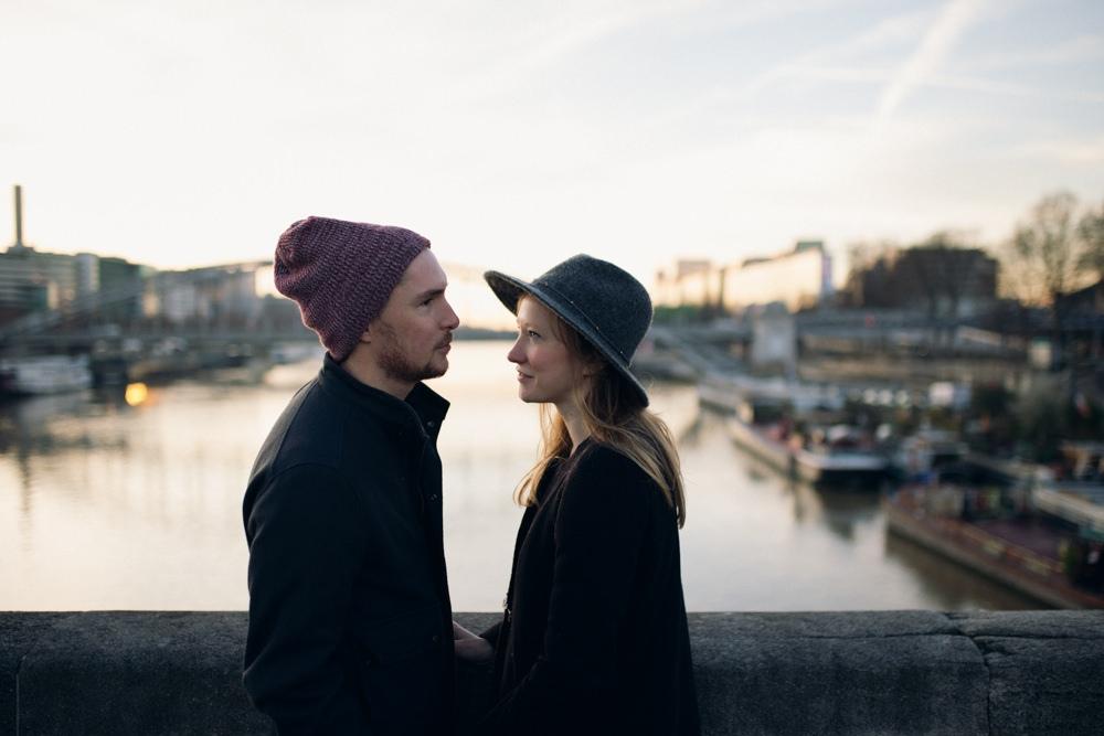 Deux amoureux se regardent pendant une séance engagement Paris Austerlitz