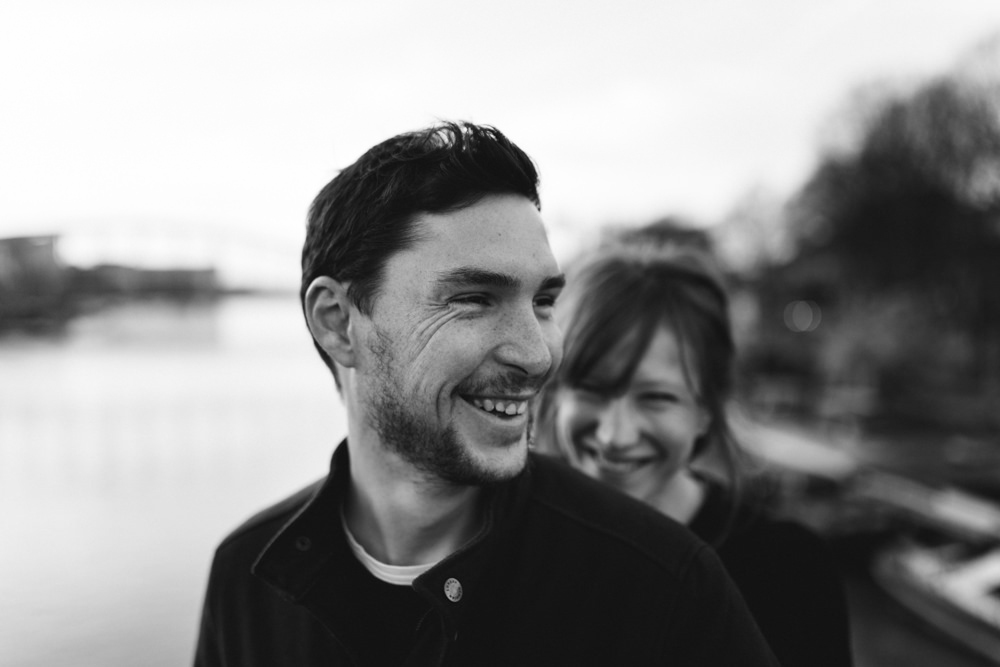 Un couple sourit pendant une séance de couple à Paris
