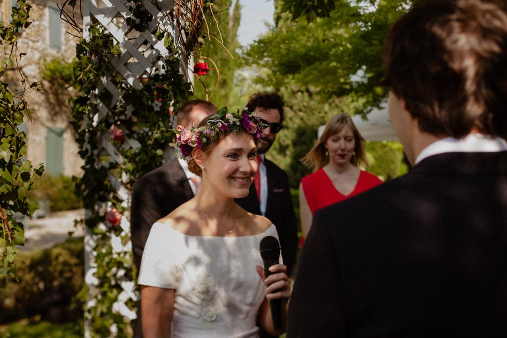 La mariée prononce ses voeux pendant la cérémonie laïque