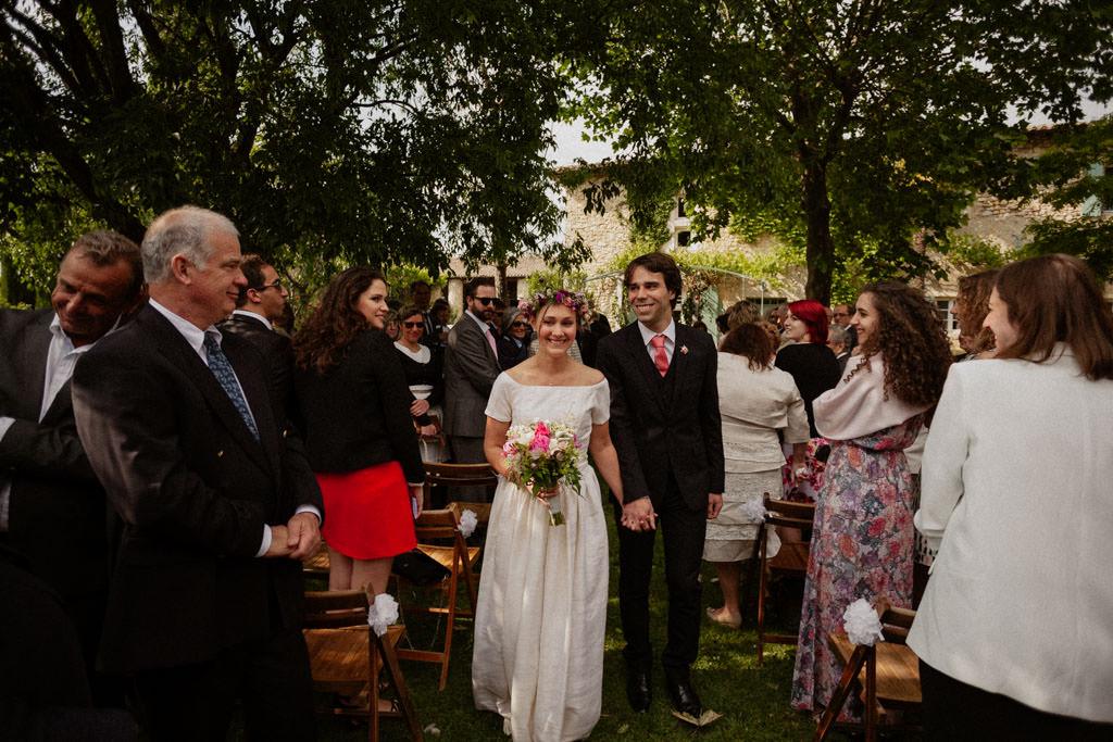 La sortie des mariés sous les applaudissements de leurs invités