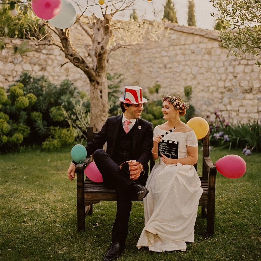 une photo des mariés funky et colorée