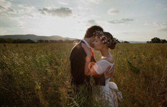 Séance couple des mariés au coucher de soleil pour leur mariage printemps Drôme Provençale