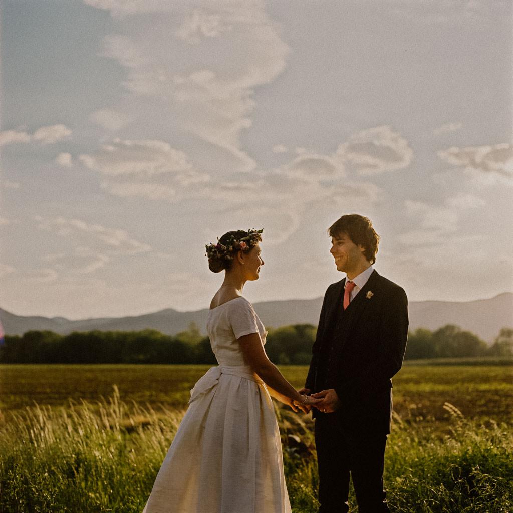 Les mariés pour leur séance couple au coucher du soleil en Drôme Provençale