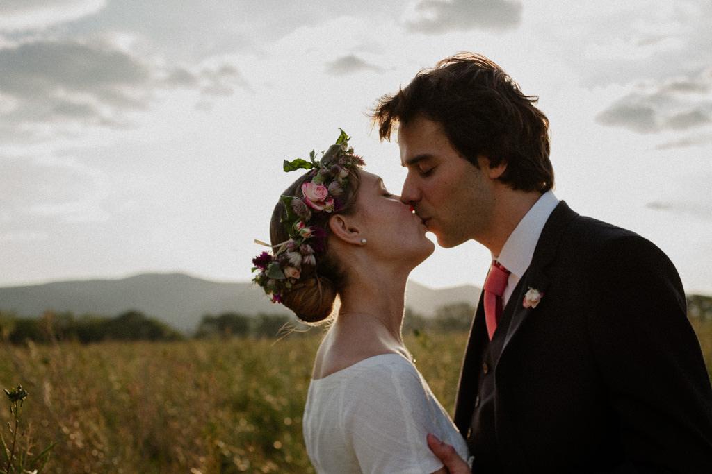 Le baiser des mariés pendant leur séance couple