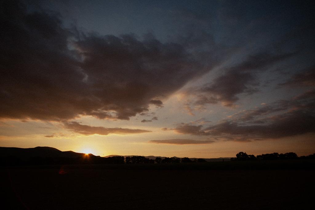 Coucher de soleil sur le Domaine La Bâtie dans la Drôme
