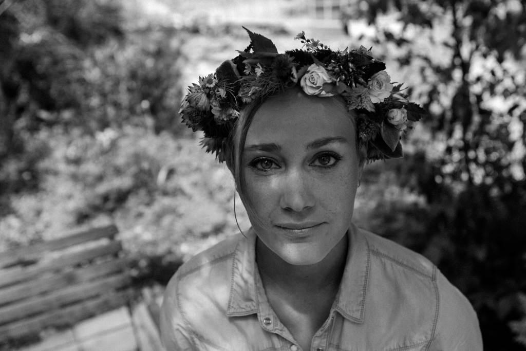 Portrait de la mariée avec sa couronne de fleurs printemps