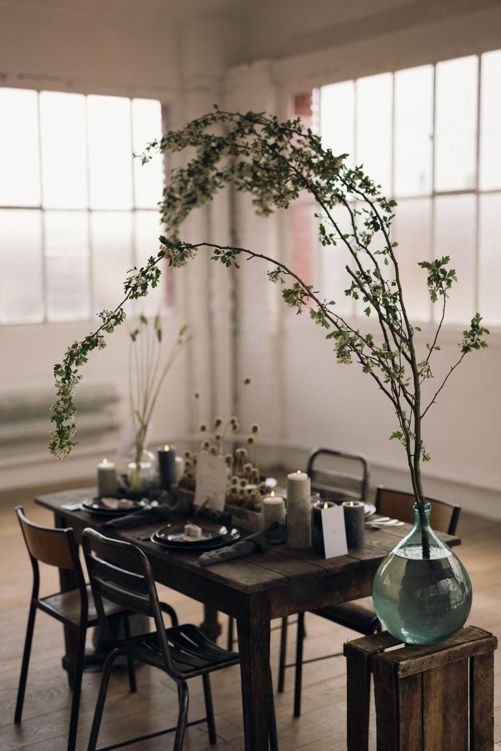 Une table de mariage minimale et végétale par Artis événement photographiée par Lika Banshoya Poetic Photography