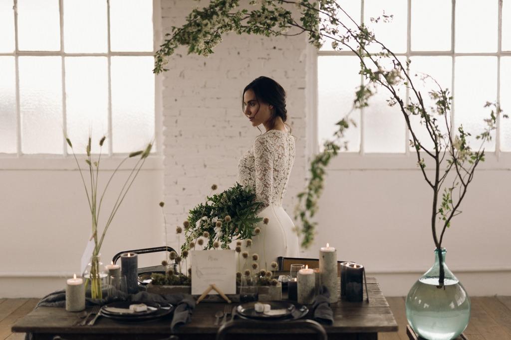 Elisa Meliani porte une robe Violette Tannenbaum devant une table essentials par Artis