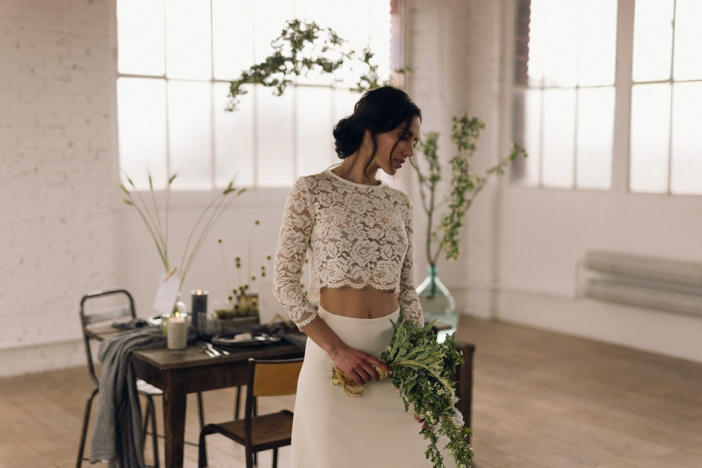 La mariée portant une robe de la créatrice Violette Tannenbaum par la photographe de mariage Lika Banshoya à Paris