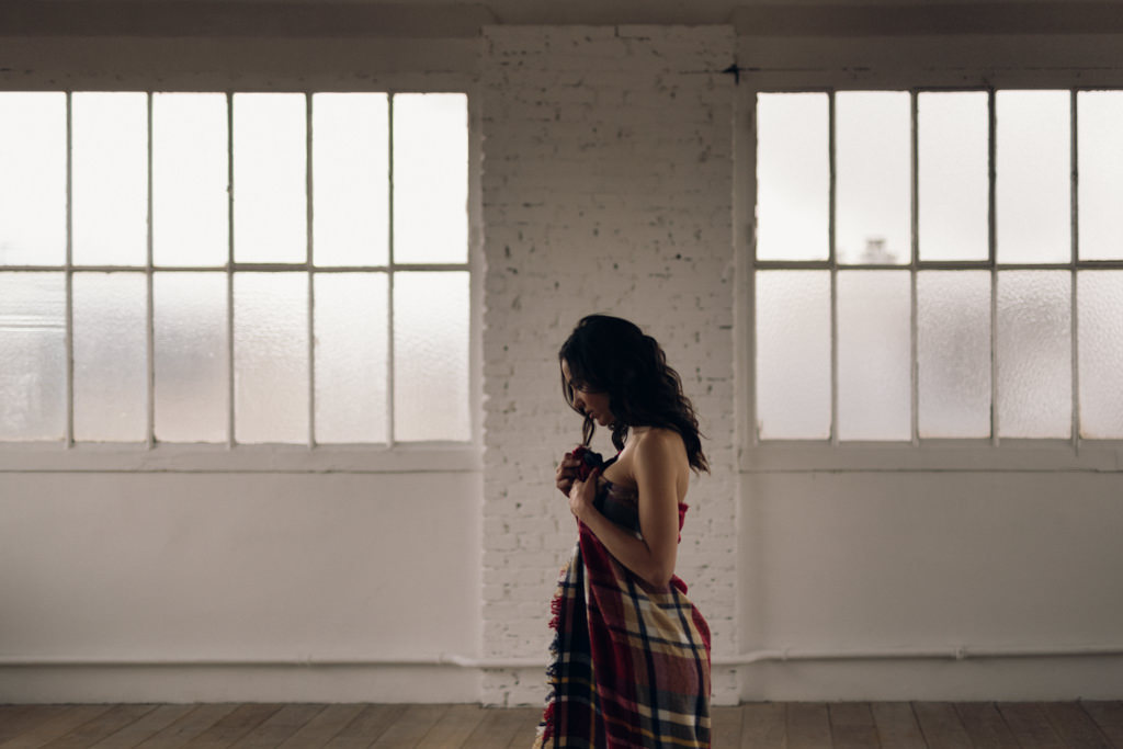 Elisa Meliani au studio Daylight pour un shooting inspiration mariage minimal