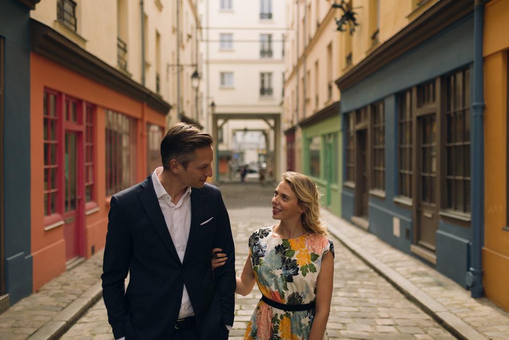 Une séance couple d'avril dans une rue colorée insolite de Paris