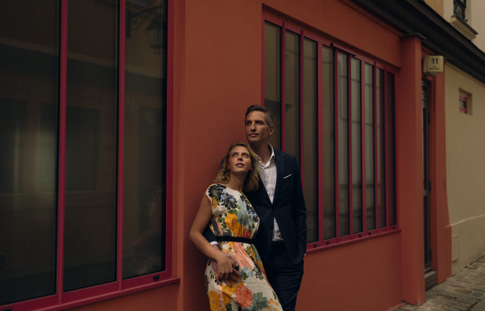 Deux amoureux devant un mur coloré d'une rue secrète et insolite de Paris