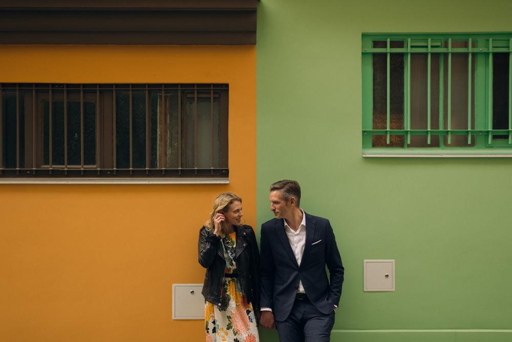 Une séance couple colorée dans une rue insolite de Paris