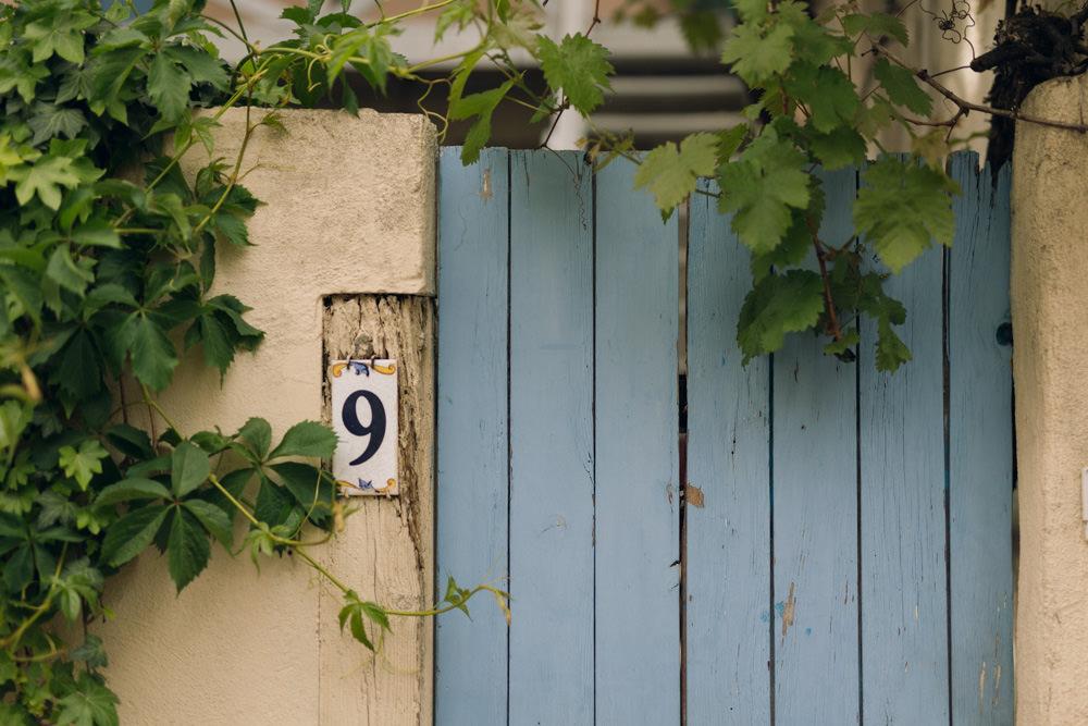 Détails d'une porte colorée dans une rue secrète de Paris