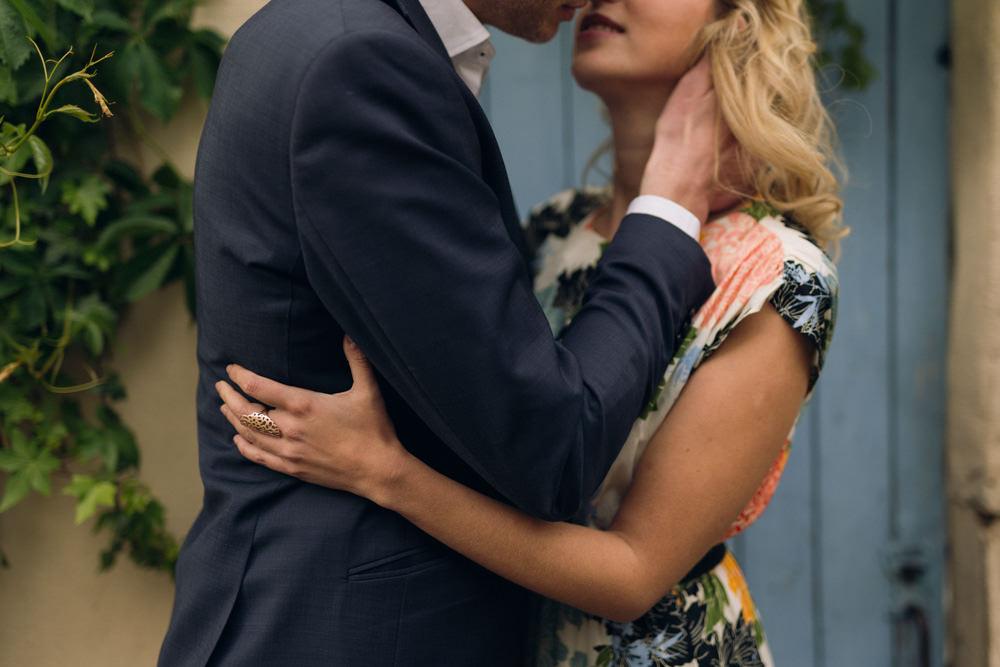 Les amoureux s'embrassent pendant leur séance photo de couple