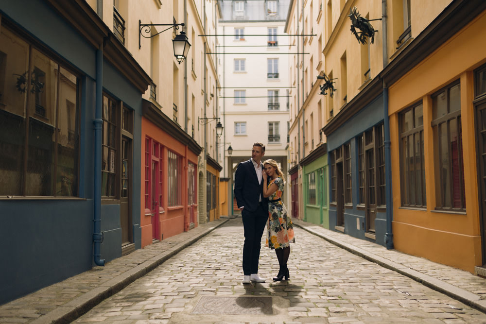 A spring love session in a secret awesome street in colourful Paris