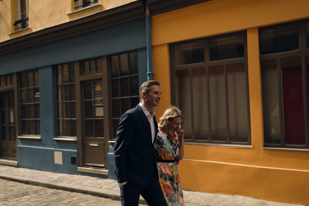 Une séance couple de printemps dans une rue secrète de Paris
