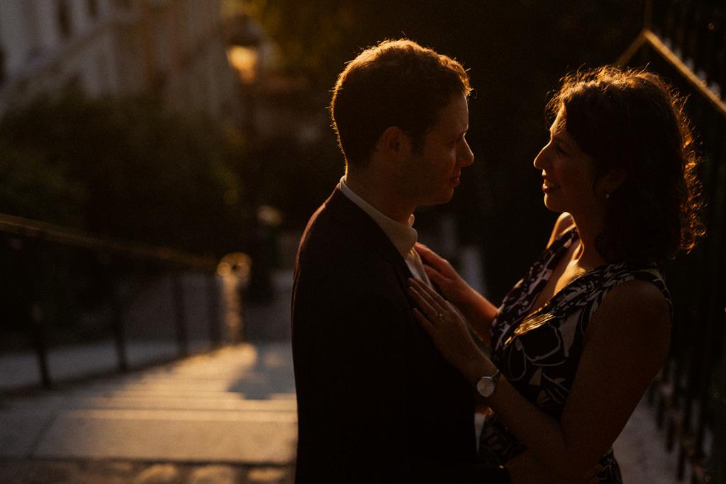 Une séance engagement à Montmartre dans la lumière dorée du lever de soleil