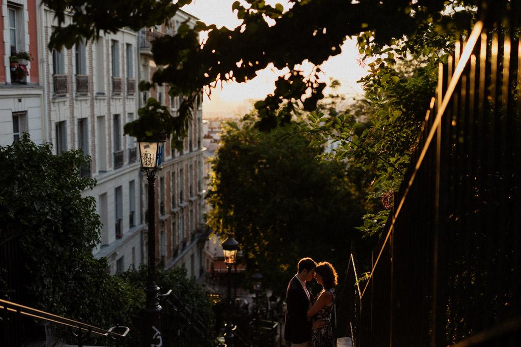 Une séance engagement à Montmartre sur les marches au lever du soleil