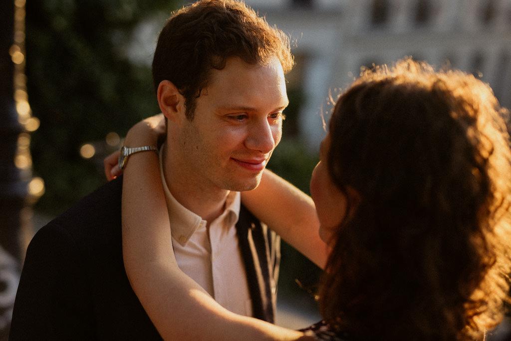 Le regard d'amour du futur marié