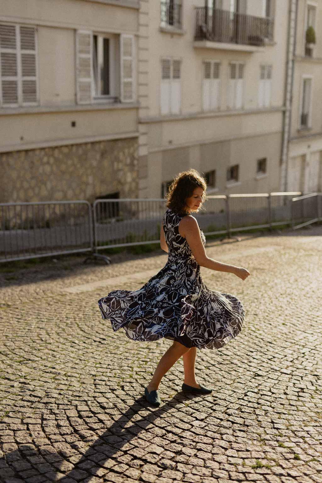 Portrait de la future mariée dans la lumière du lever de soleil sur Paris