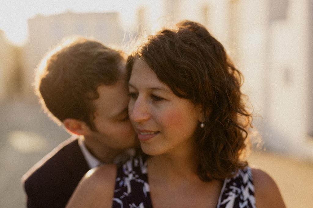 Séance engagement pour un couple de Parisiens de Montmartre au lever du soleil