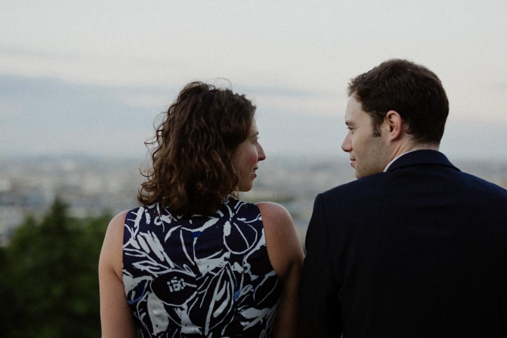 Deux amoureux pour une séance engagement Montmartre devant la vue de Paris