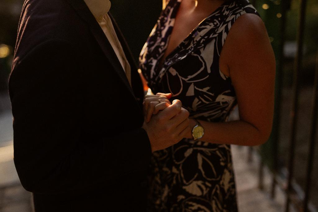 Les futurs mariés se tiennent par la main dans la lumière d'été