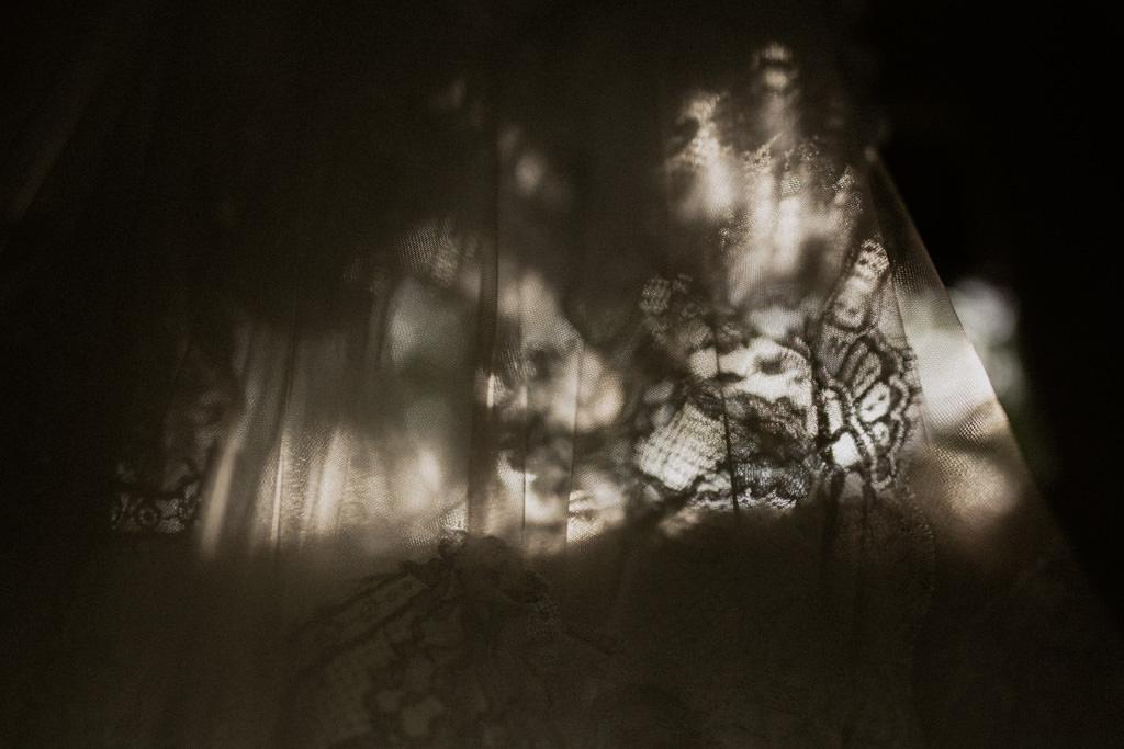 La lumière d'été filtre à travers le voile de la mariée