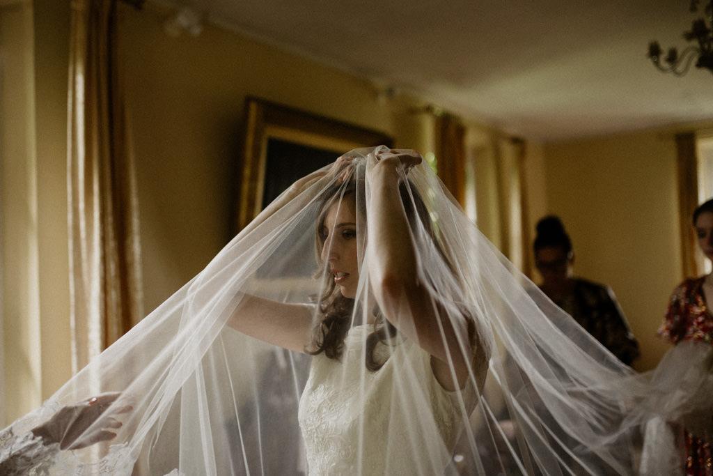La mariée met son voile de mariée