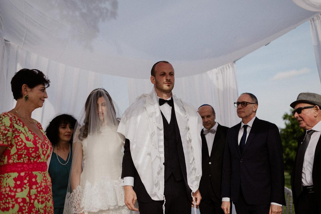 La mariée tourne autour de son mari sous la houppa en extérieur