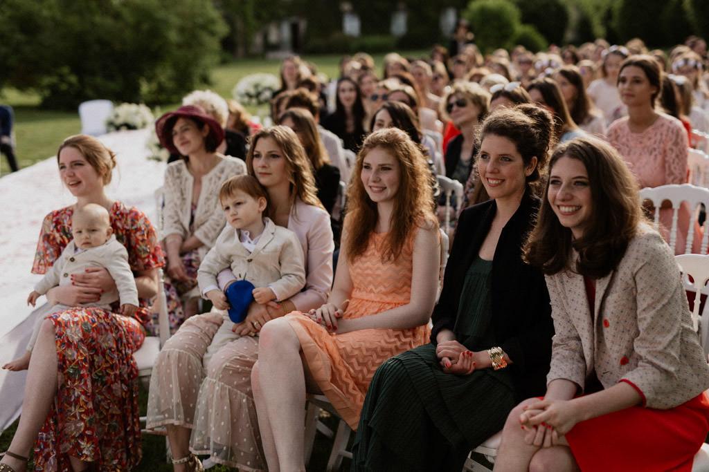 Les invités du mariage dans la lumière dorée de la golden hour au Manoir des Prévanches