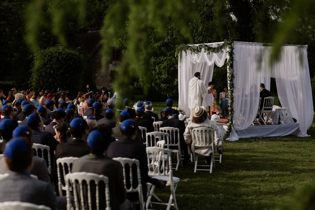 La houppa extérieure pour une cérémonie juive nature au Manoir des Prévanches, Eure