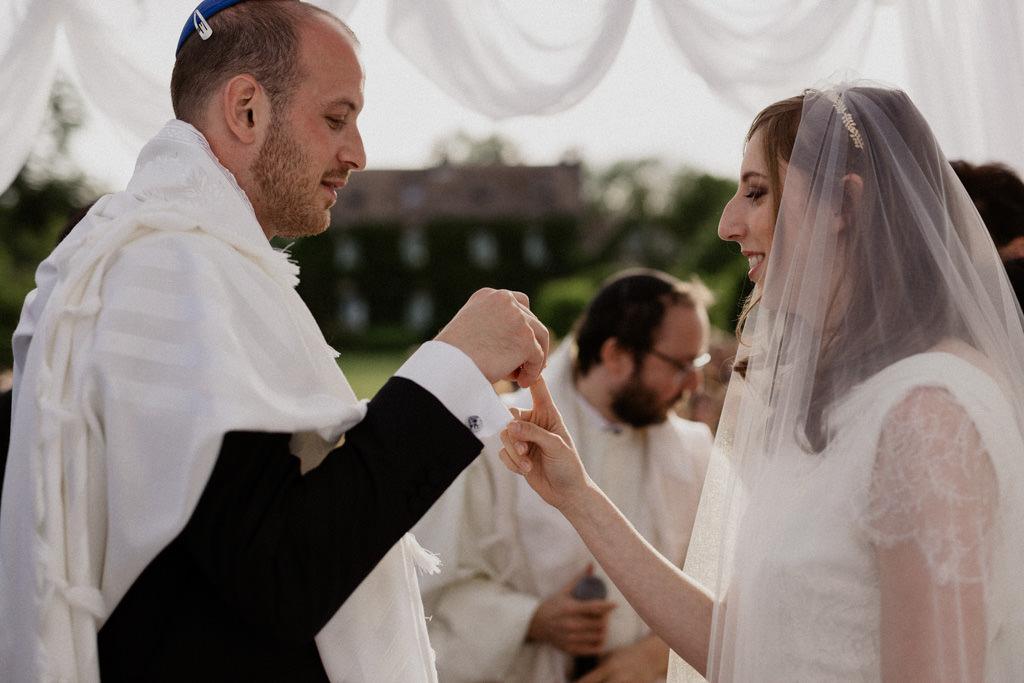 Echange de l'anneau sous la houppa pour un mariage romantique au Manoir Prévanches
