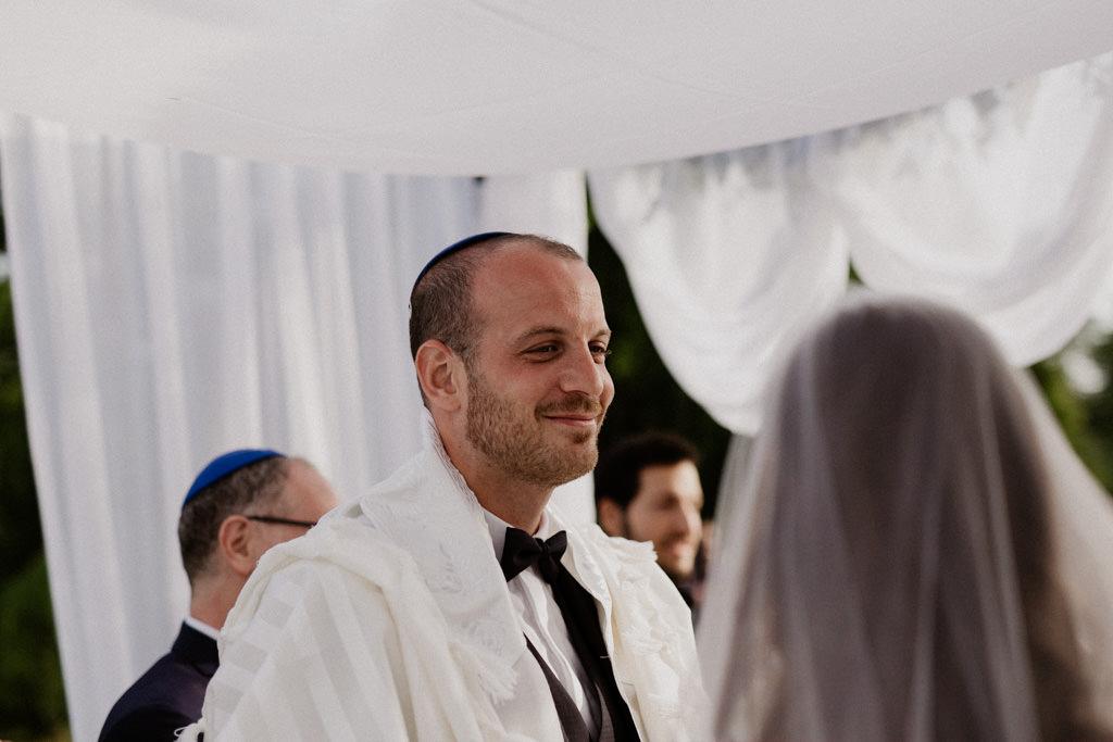 Le marié regarde sa femme amoureusement sous la houppa traditionnelle