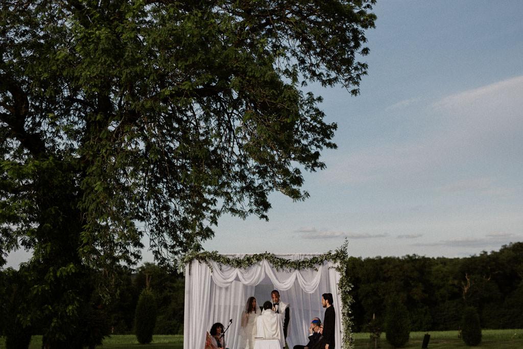 Magnifique houppa pour une cérémonie juive en extérieur au Manoir des Prévanches - Photographe mariage juif Paris