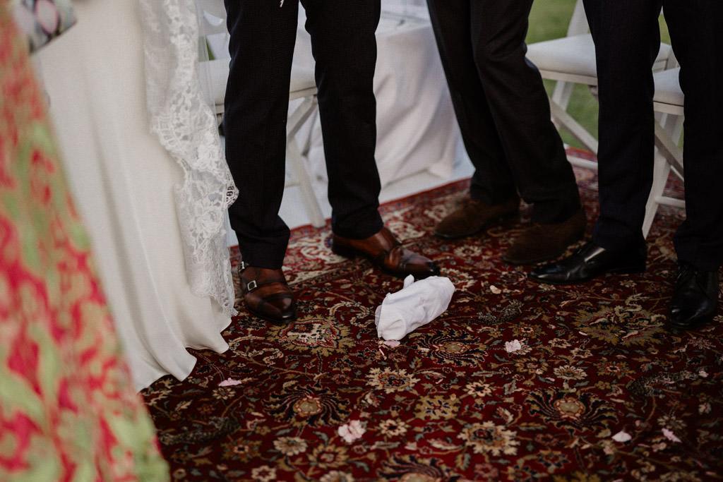 Le verre brisé par le marié sur le sol du dais de mariage