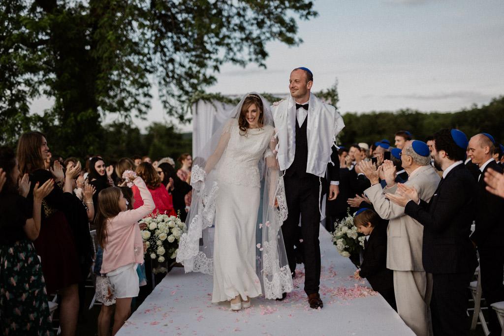 La sortie des mariés avec lancer de pétales de fleurs
